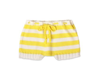 short bébé tricoté main blanc et rayures jaunes avec ceinture tressée assortie