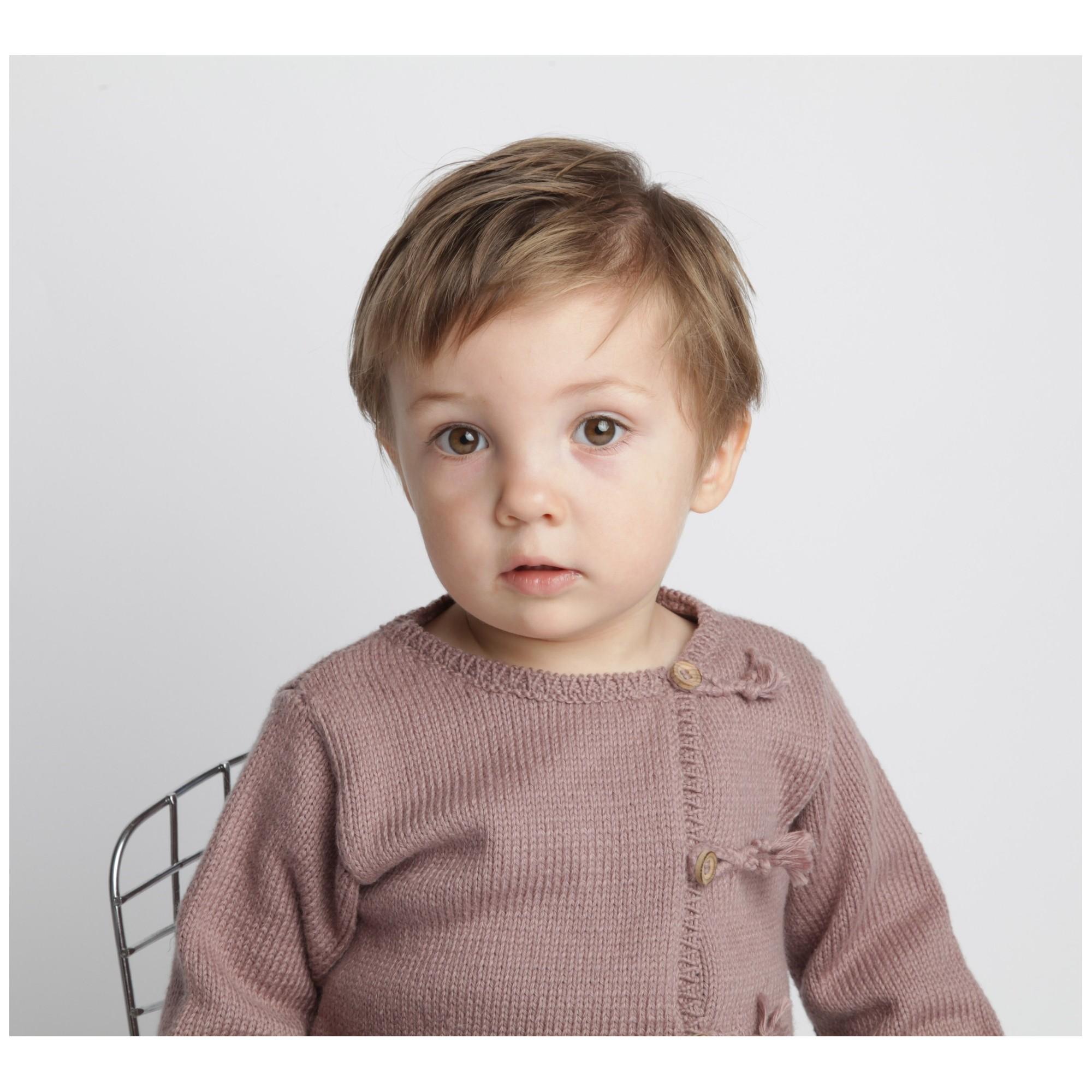 Gilet bébé taupe en coton et cachemire avec boutons bois tricoté en point jersey - porté