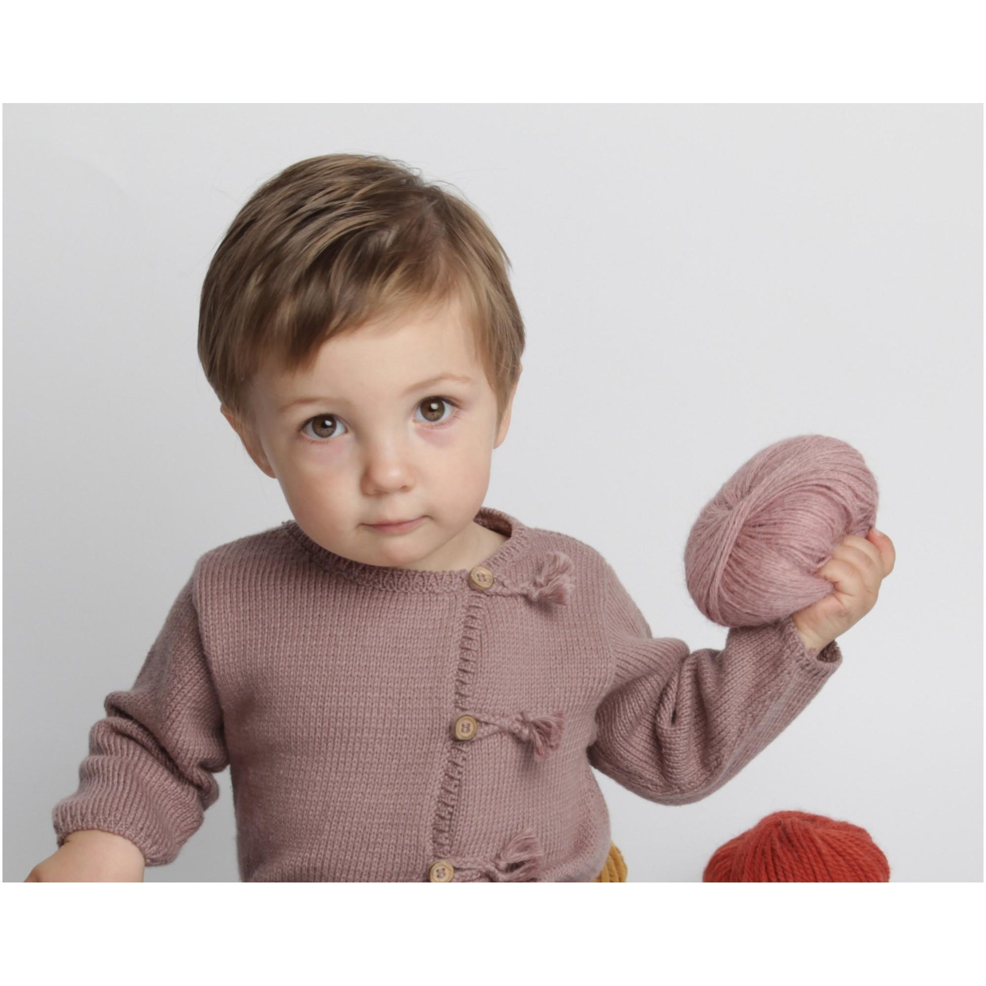 Gilet bébé taupe en coton et cachemire avec boutons bois tricoté en point jersey - porté 2