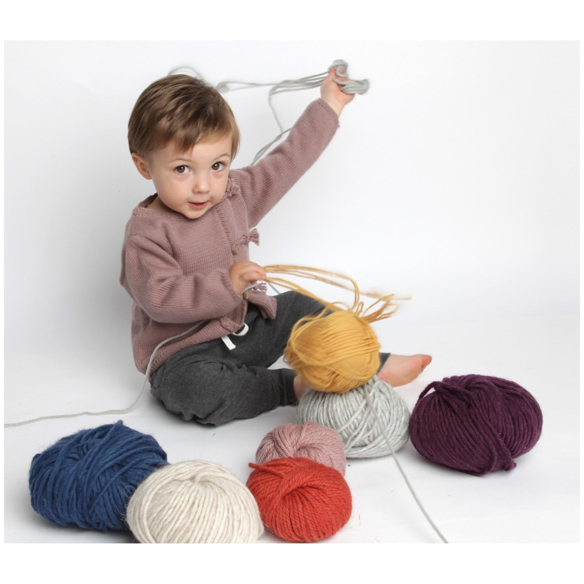Gilet bébé taupe en coton et cachemire avec boutons bois tricoté en point jersey - porté avec sarouel-jogging anthracite 2
