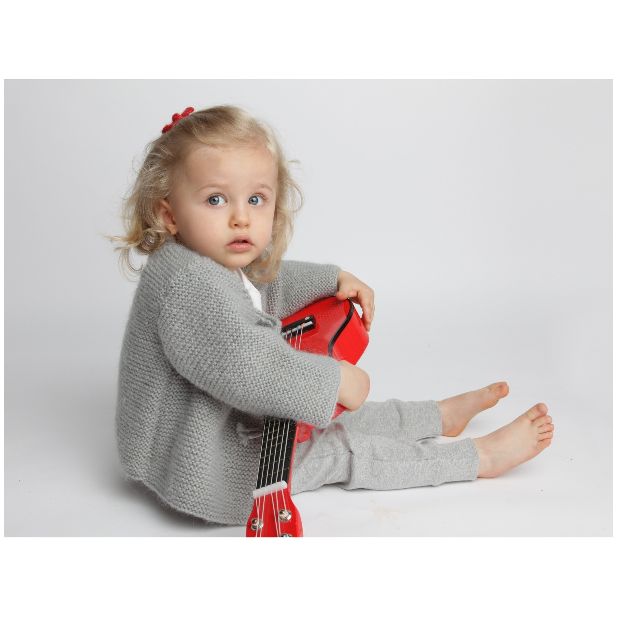 Gilet bébé laine et mohair avec boutons bois, gris porté 2