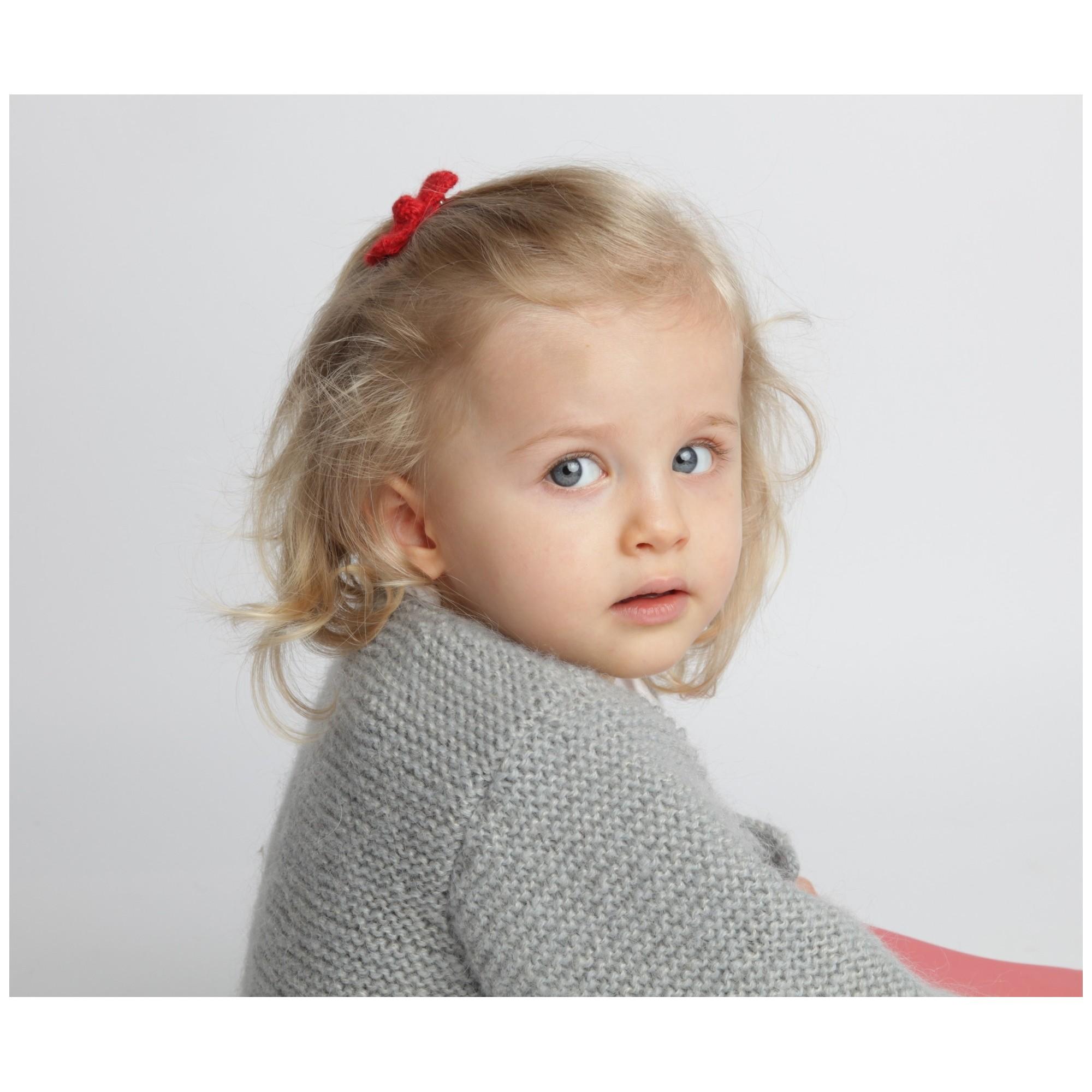 Gilet bébé laine et mohair avec boutons bois, gris porté avec barrette alpaga