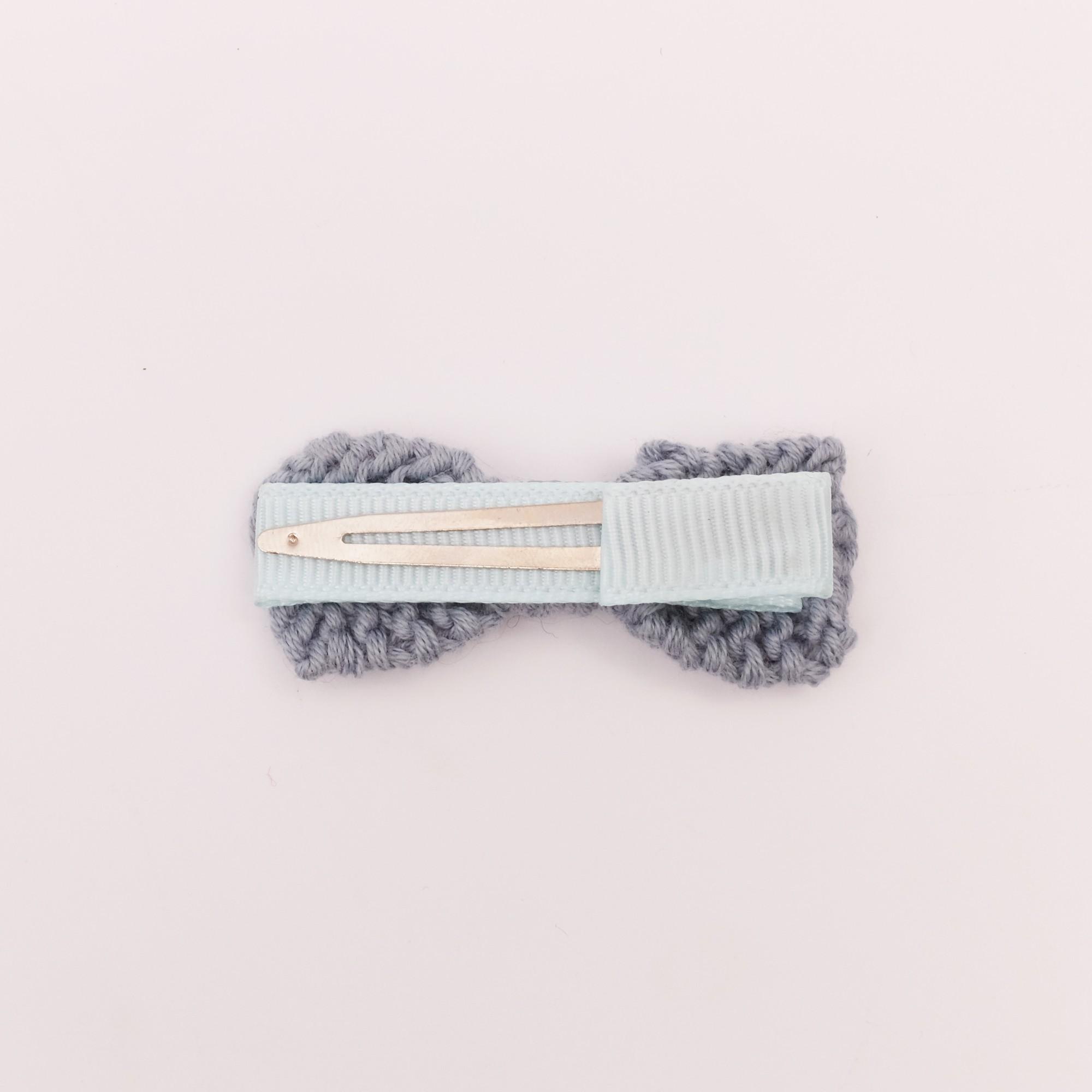 Barrette noeud tricotée bleu azur pince crocodile dos