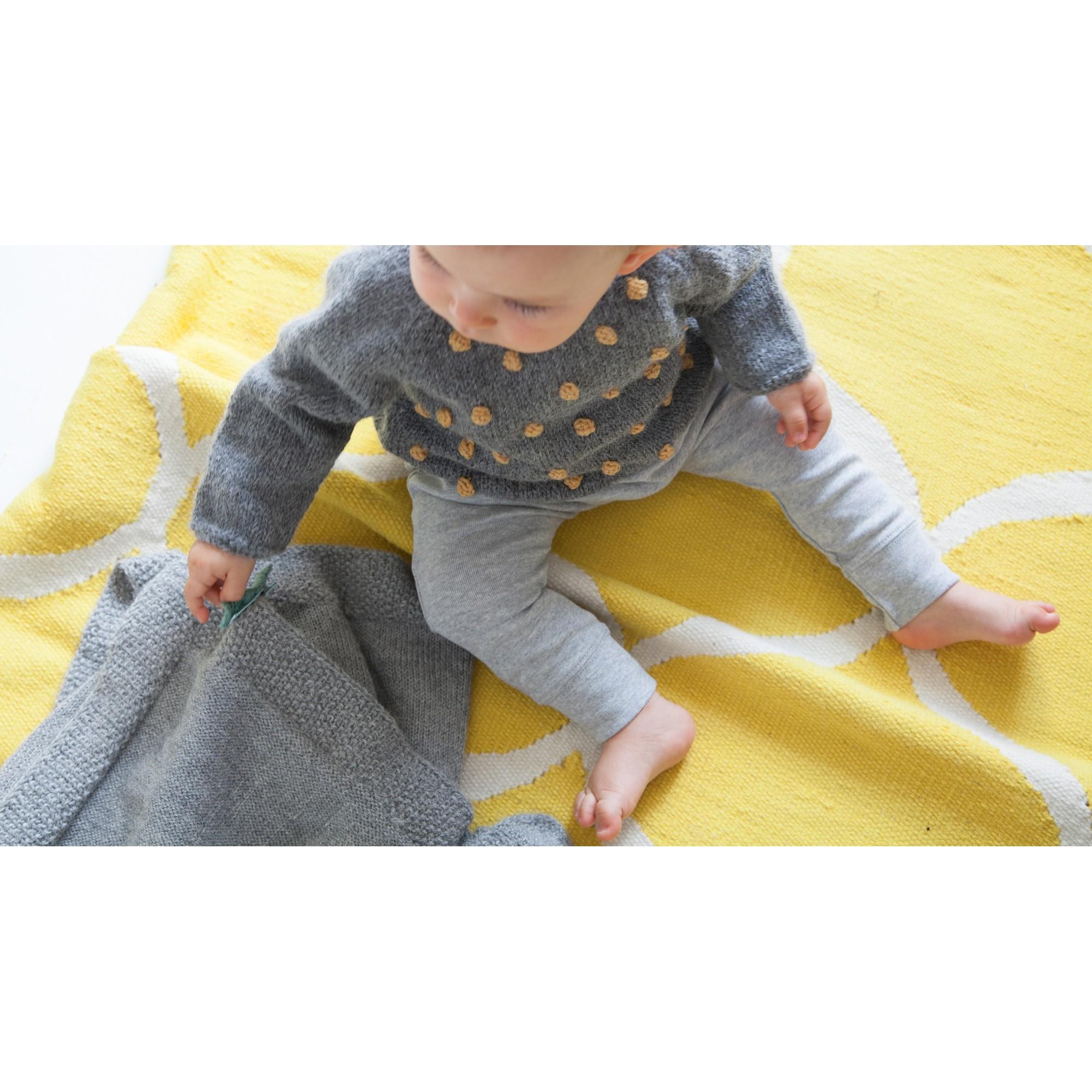 Pull Eugène bébé gris nopes jaune laine alpaga porté avec sarouel gris clair