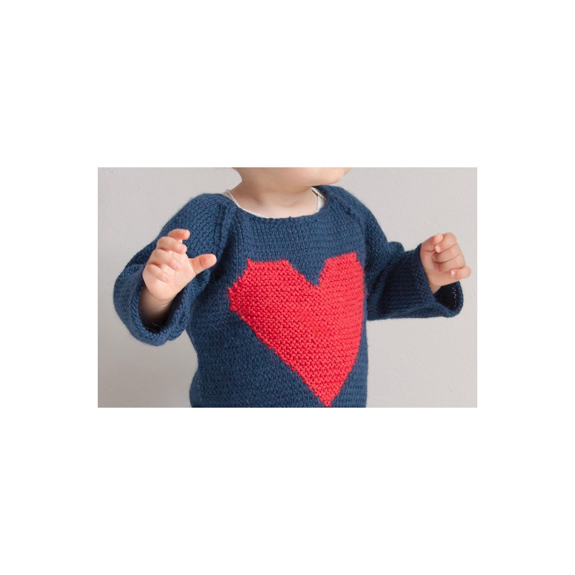 Pull Agénor porté (coloris bleu/coeur rouge)