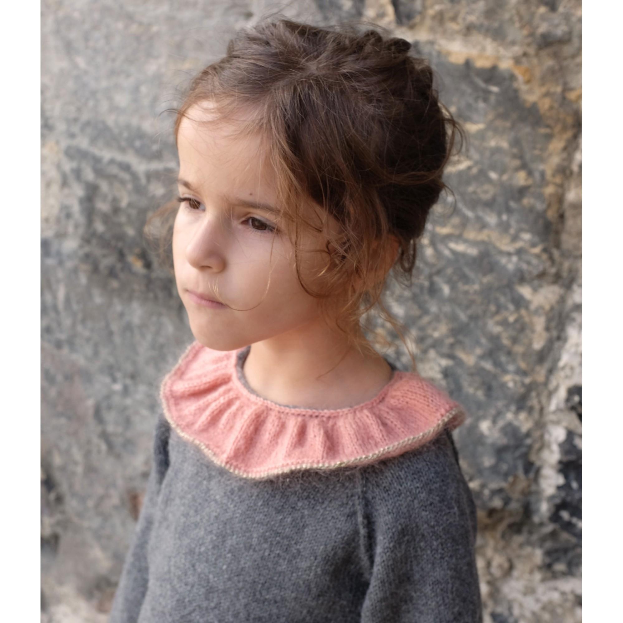 Pull Pierre pour bébé - coloris gris anthracite col vieux rose et doré - porté