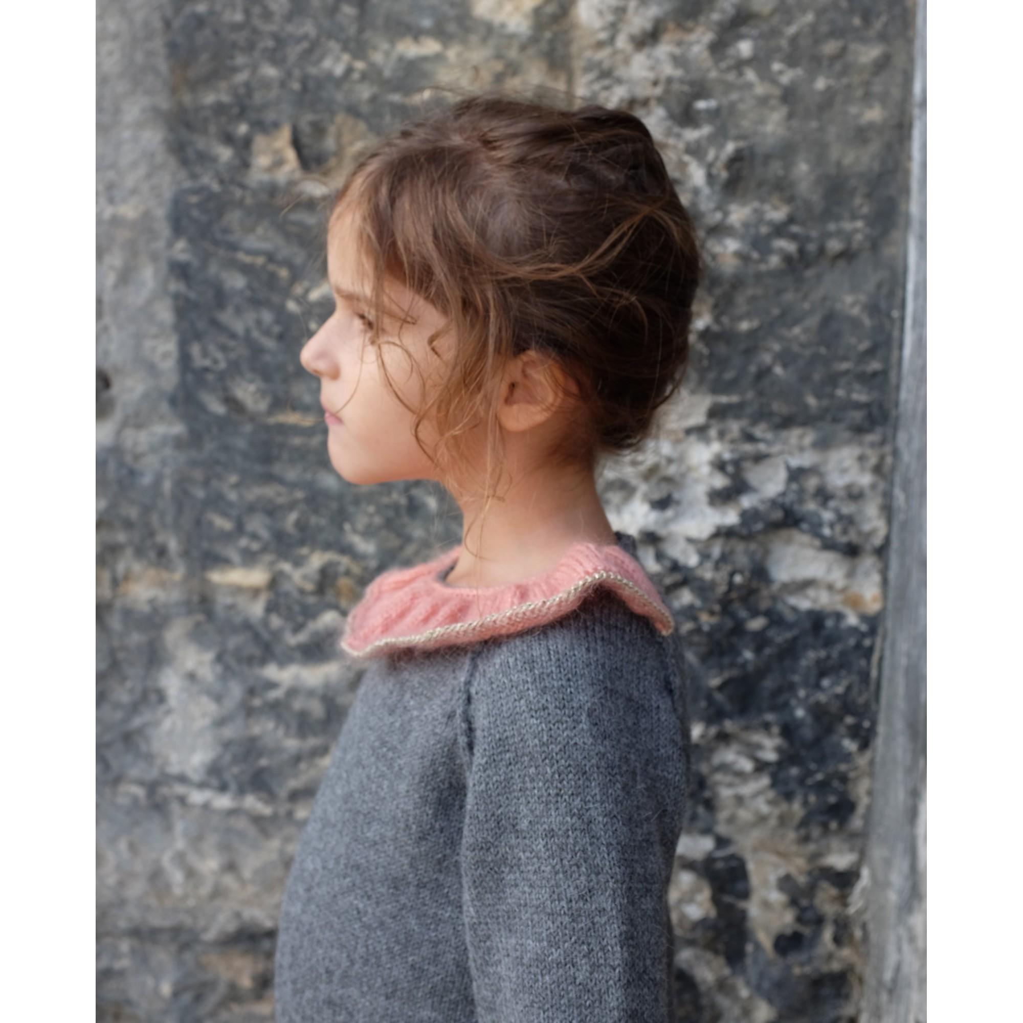 Pull Pierre pour bébé - coloris gris anthracite col vieux rose et doré - porté de profil