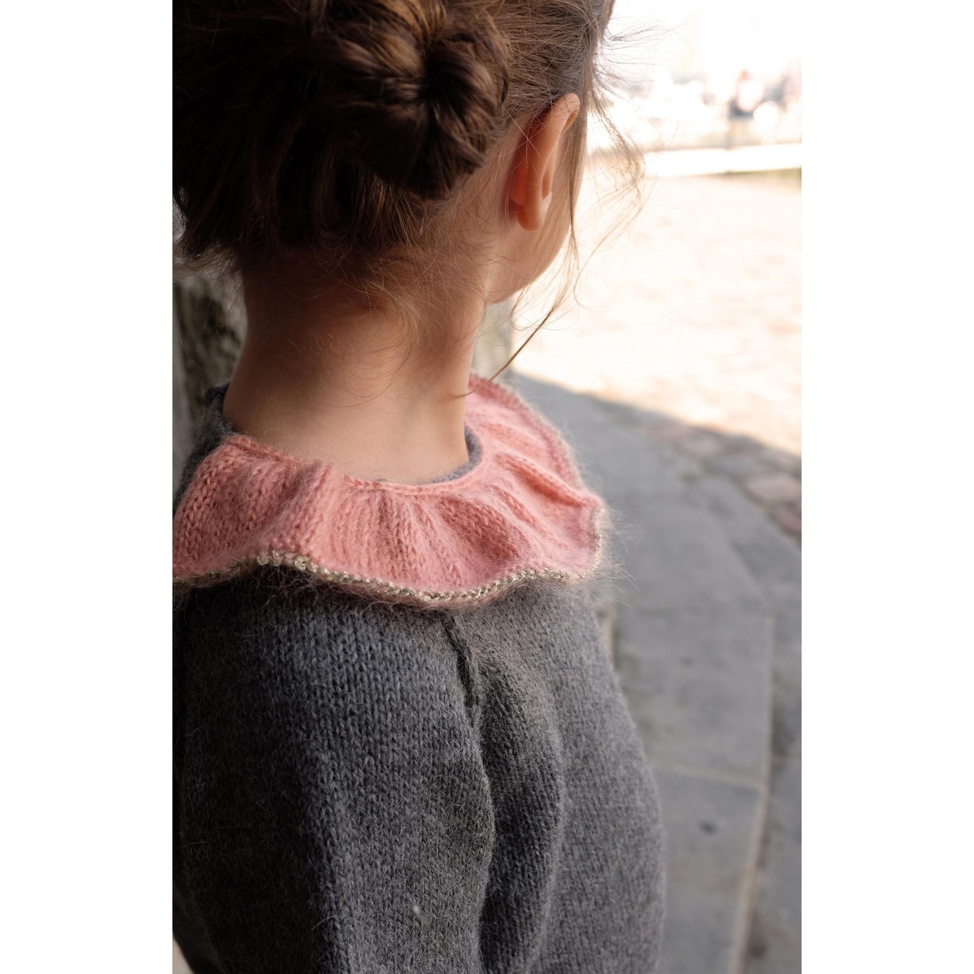 Pull Pierre pour bébé - coloris gris anthracite col vieux rose et doré - porté profil