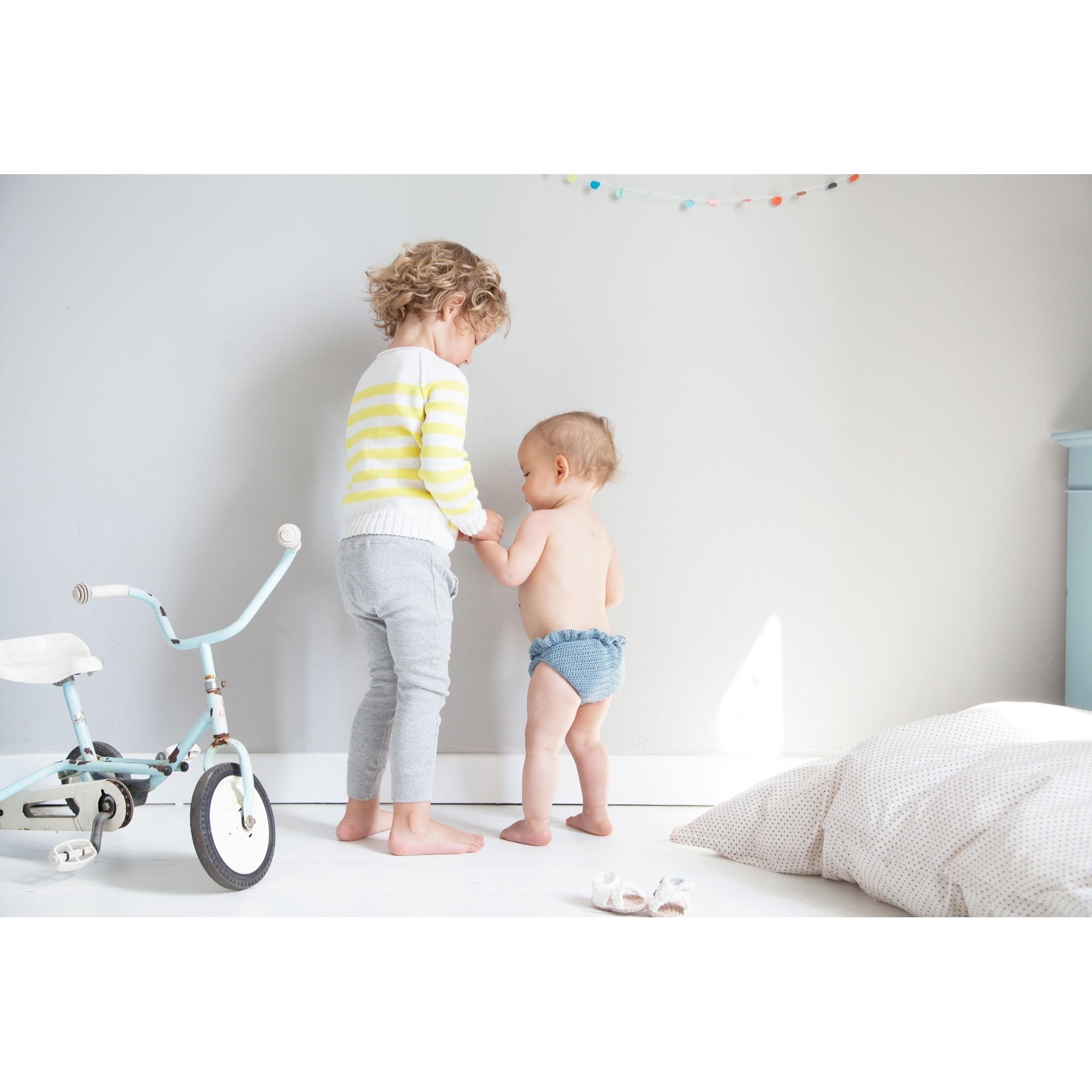 Maillot de bain Jocelyn tricoté au crochet pour bébé - porté - coloris bleur azur - autre vue