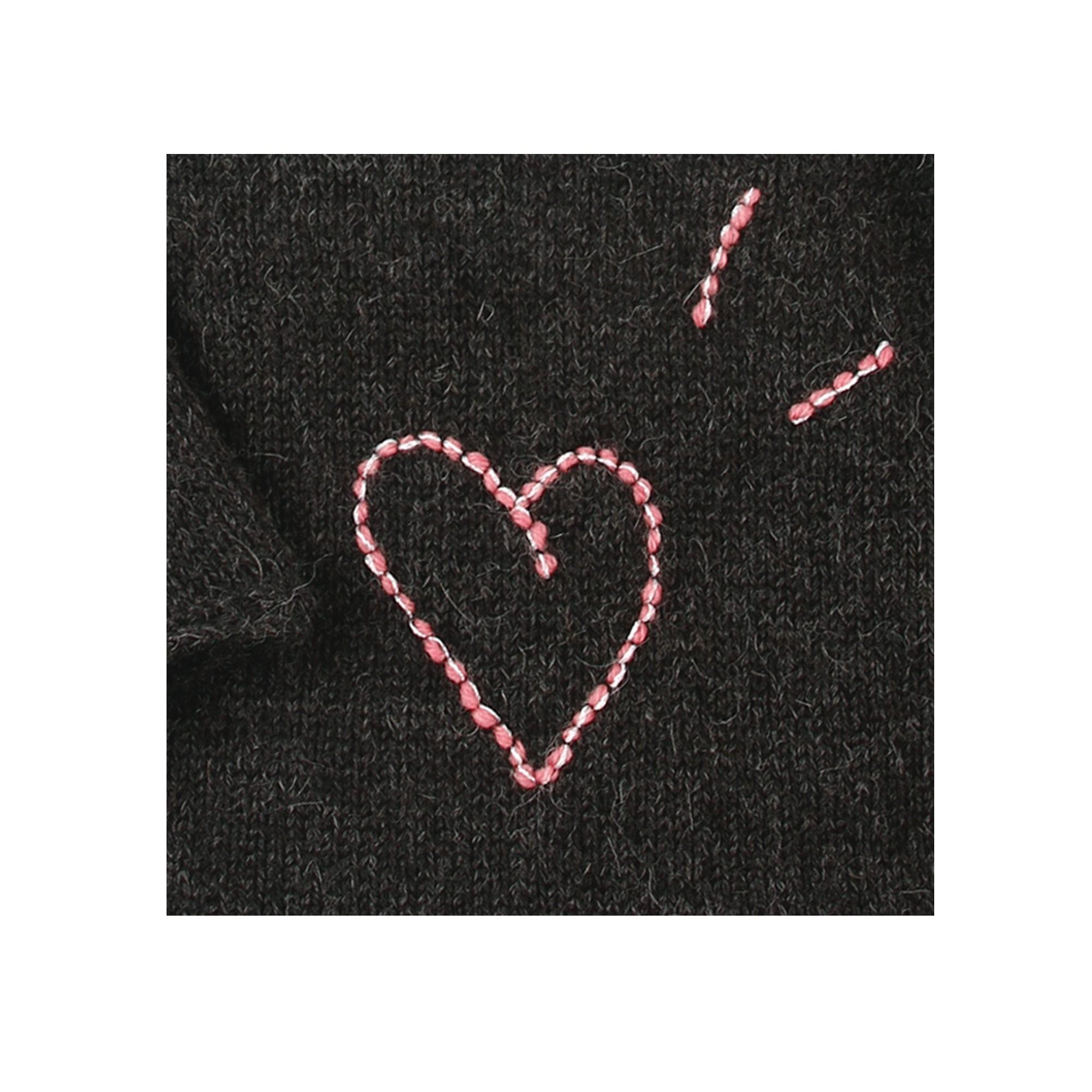Pull Gustave pour bébé - anthracite avec motif coeur rose - détail