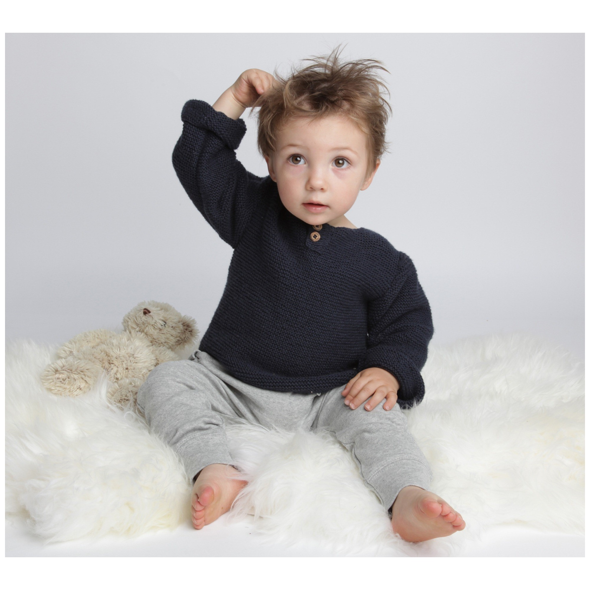 Natural white baby sweater in moss stitch made from cotton and cachemire with grey jogging
