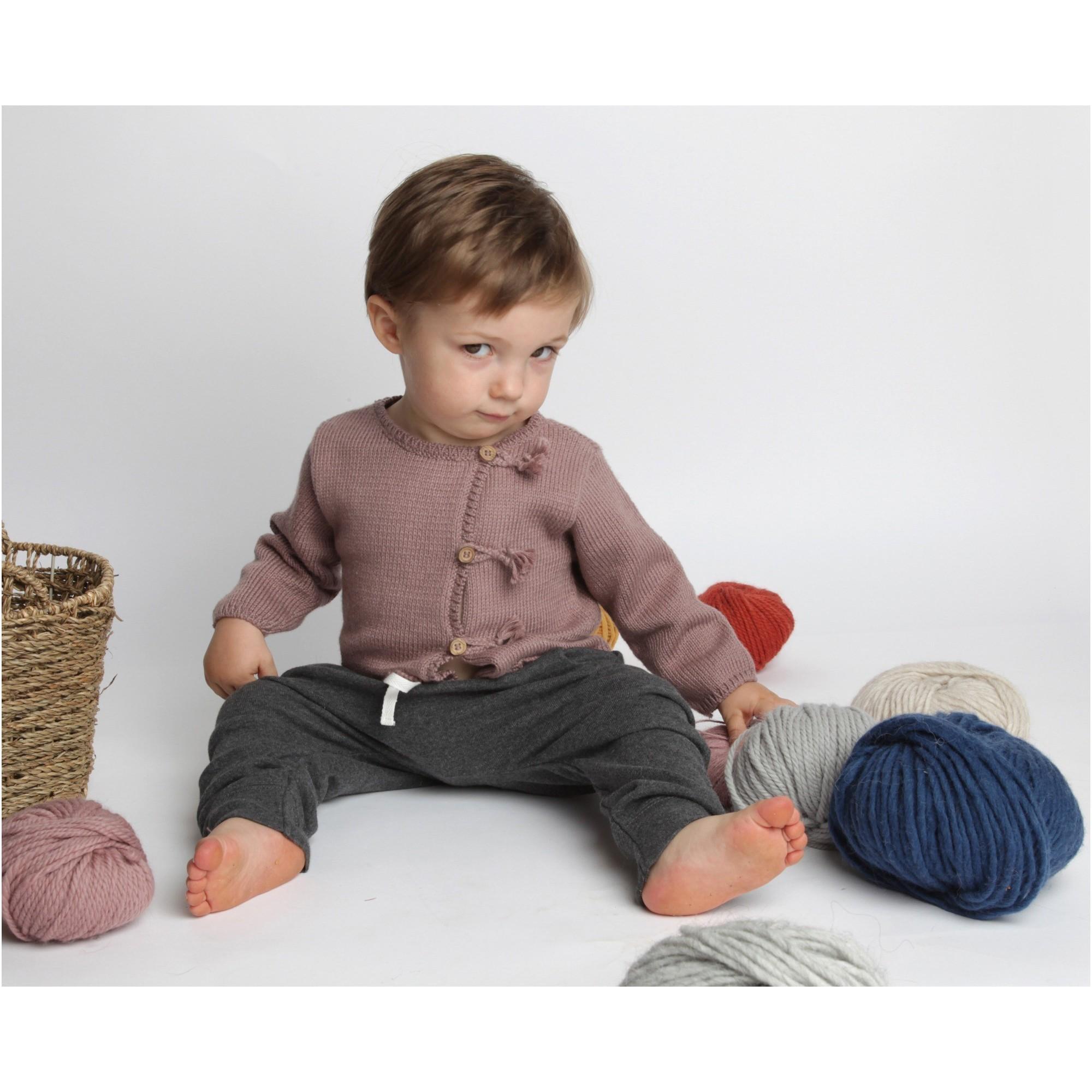 Gilet bébé taupe en coton et cachemire avec boutons bois tricoté en point jersey - porté avec sarouel-jogging anthracite