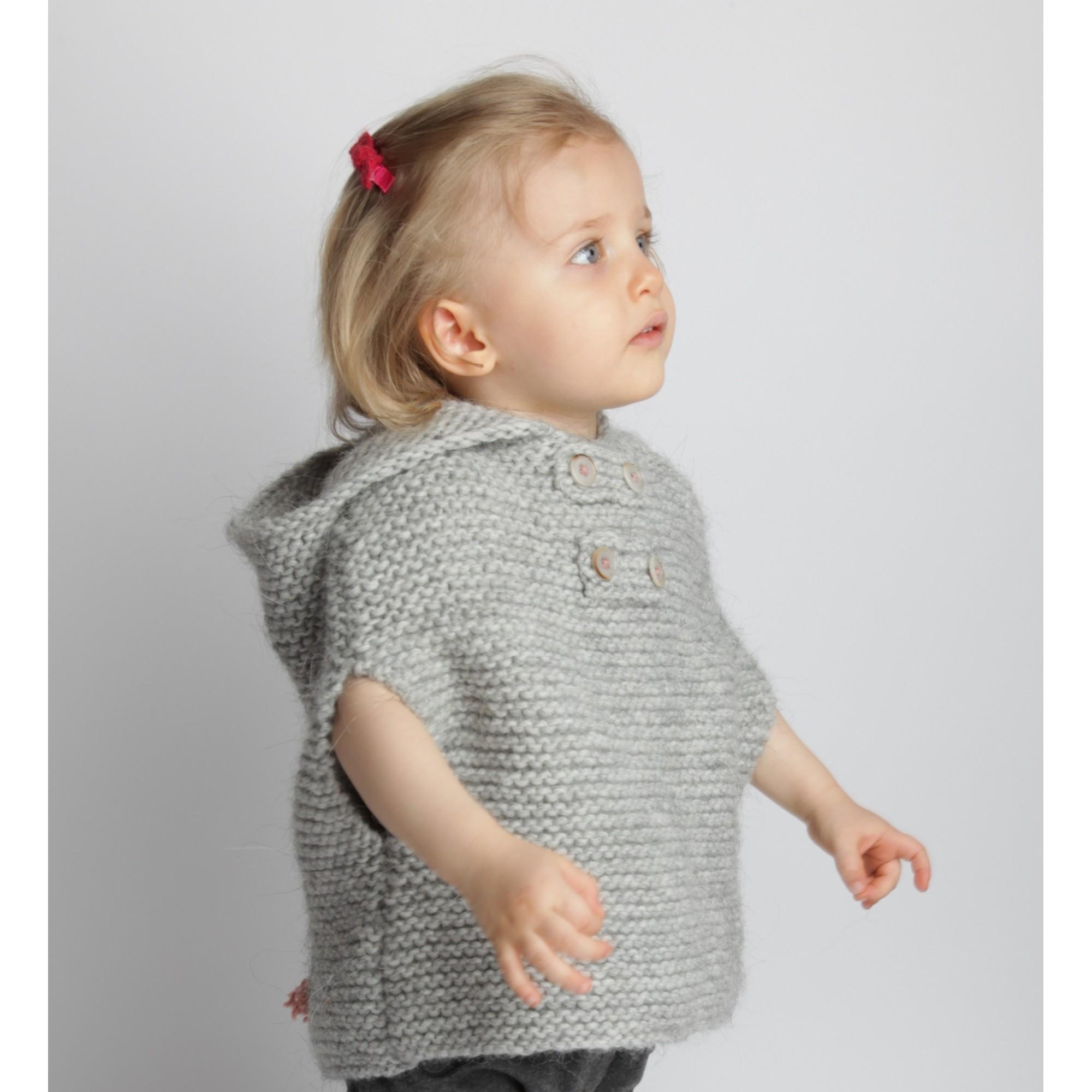 Cape bébé grise, tricotée au point mousse, en laine et alpaga - portée