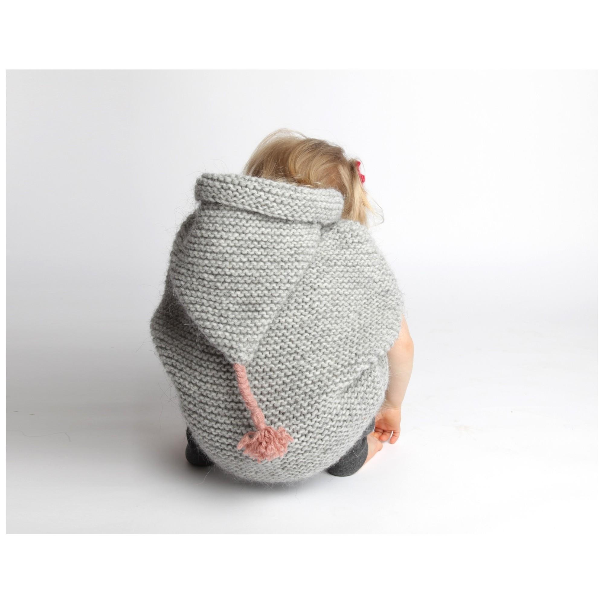 Cape bébé grise, au point mousse, en laine et alpaga - portée- dos