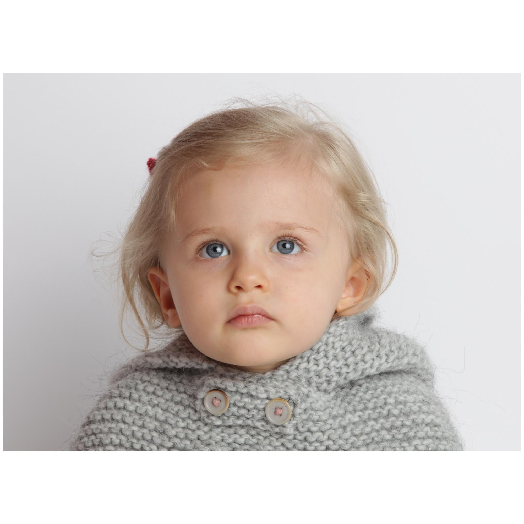 Cape bébé grise, au point mousse, en laine et alpaga - portée 2