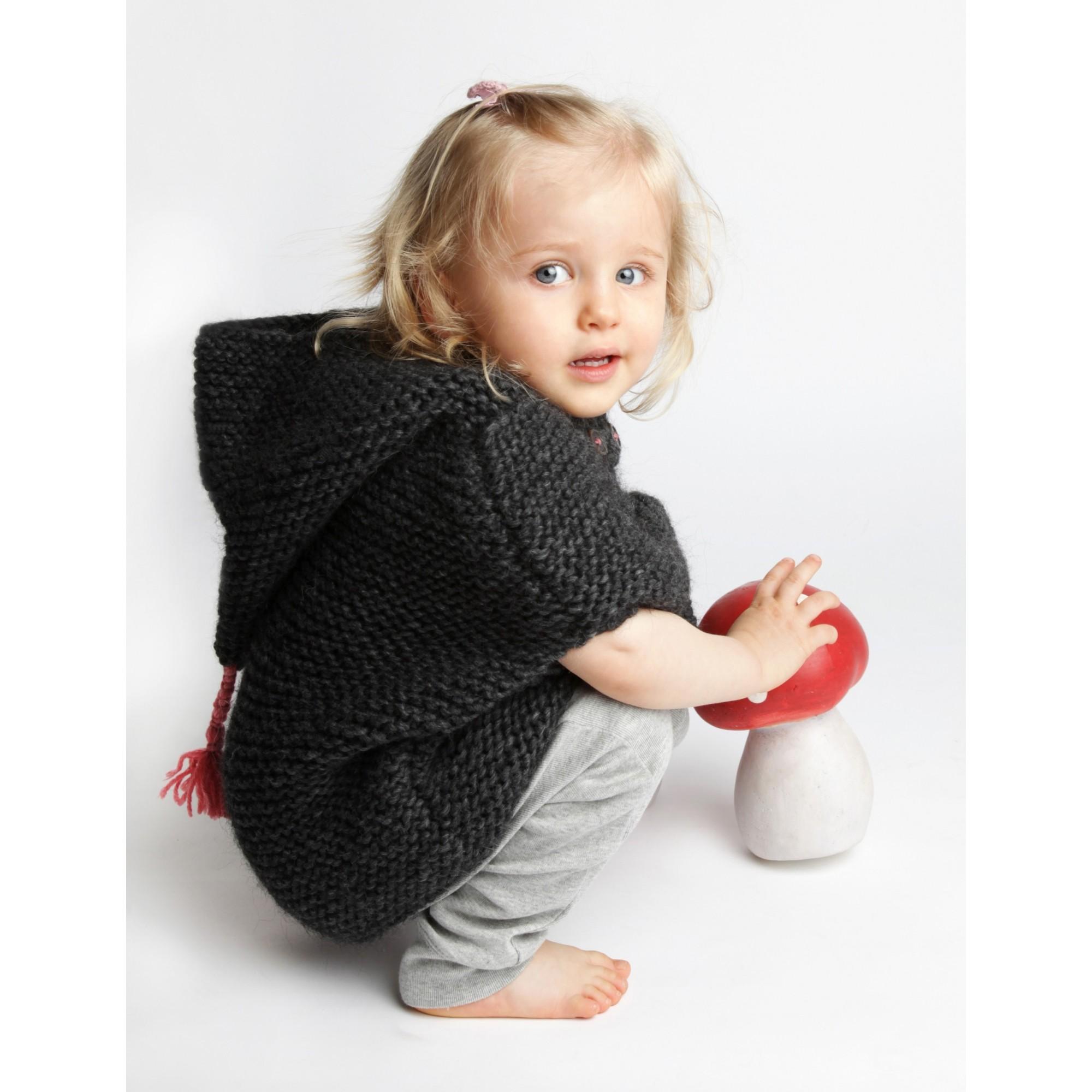 Cape bébé gris foncé, au point mousse, en laine et alpaga portée 2