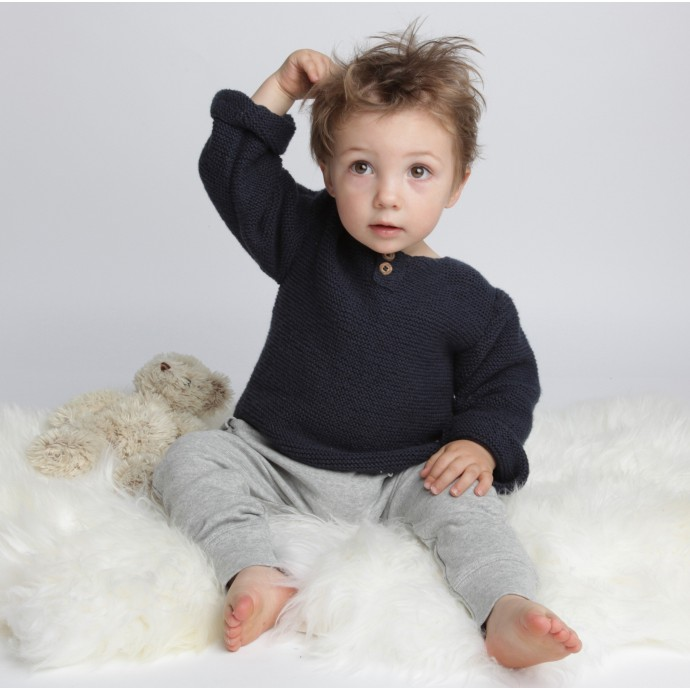 Pull bébé point mousse coton et cachemire bleu marine porté avec sarouel gris