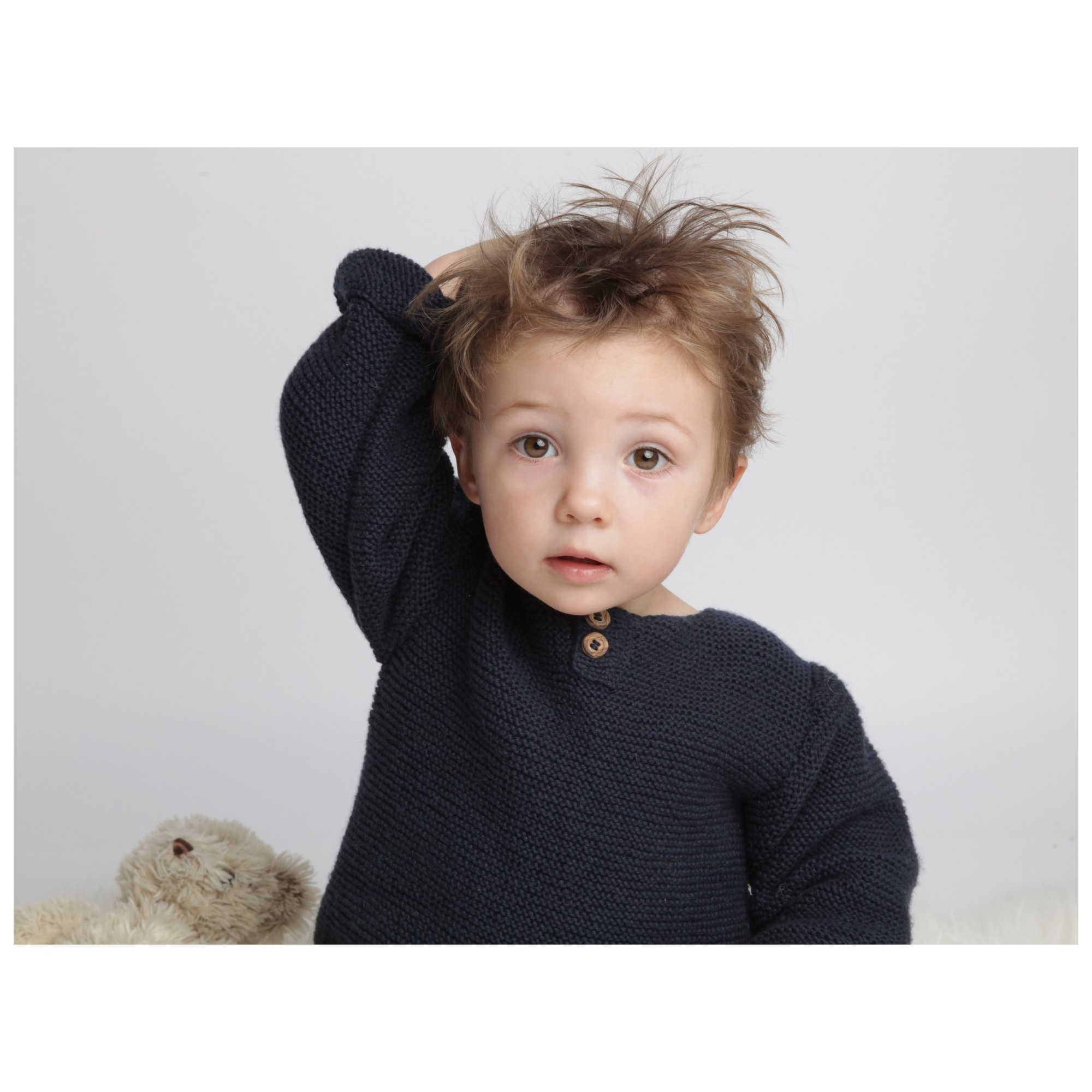 Pull bébé point mousse coton et cachemire bleu marine porté