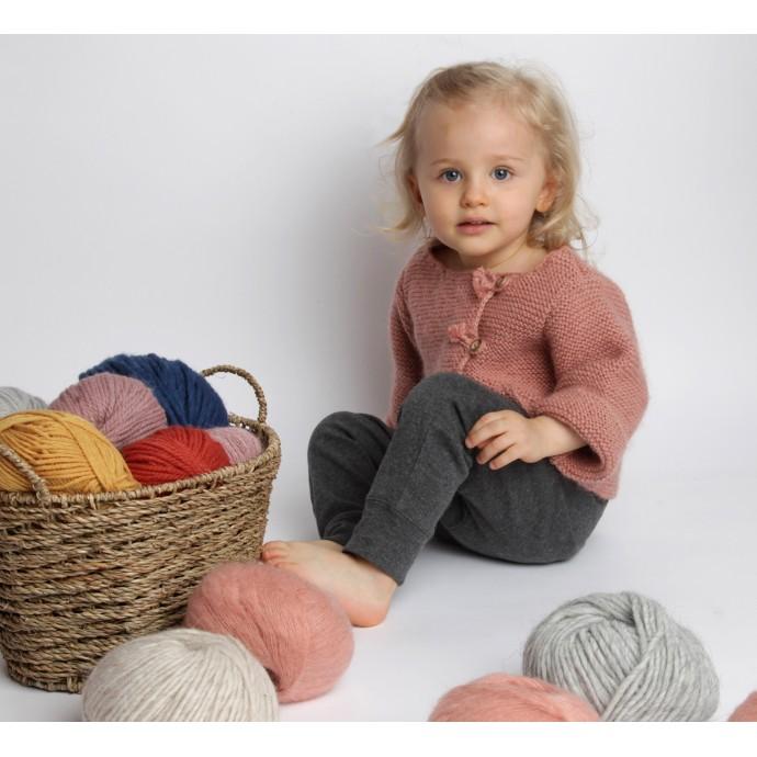 Gilet bébé laine et mohair avec boutons bois, vieux rose - porté