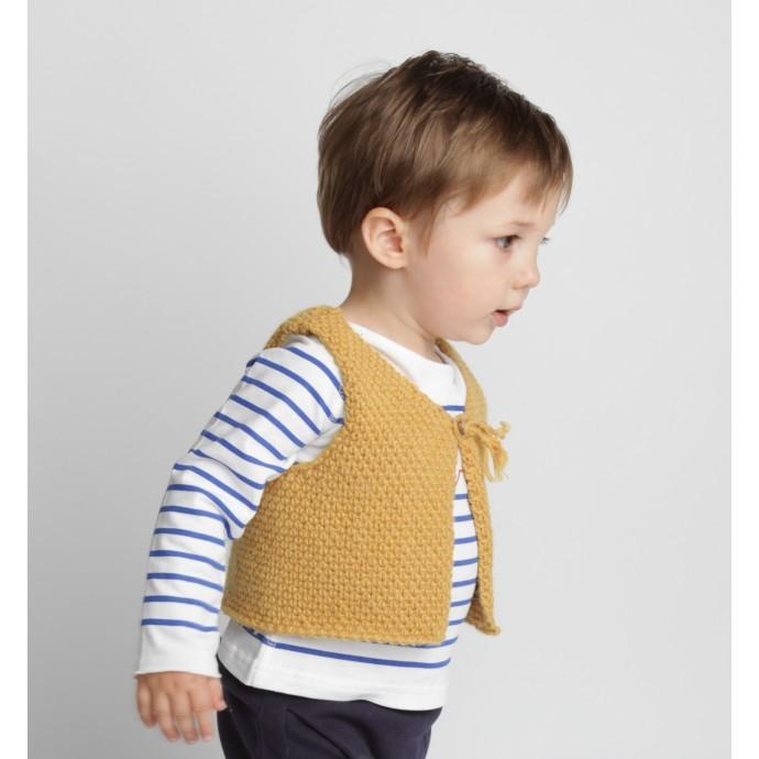 Gilet de berger bébé jaune en laine et alpaga avec bouton bois porté